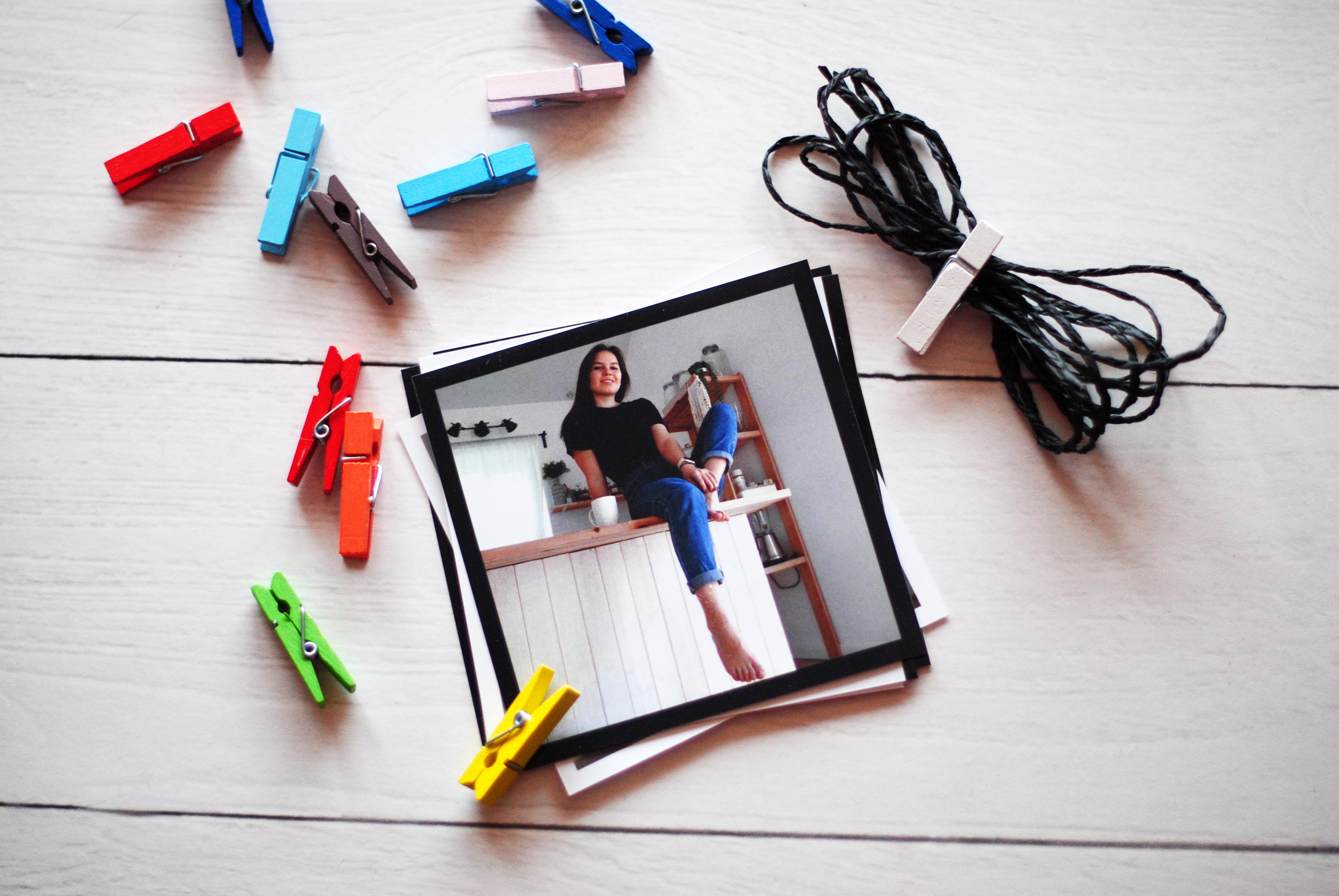 Как развесить фотографии на прищепках