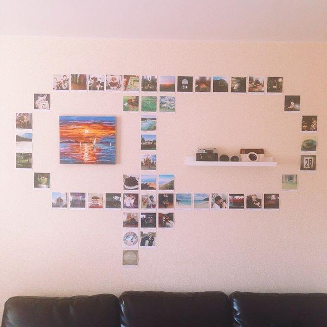 как развесить фотографии на стене в гостиной без гвоздей