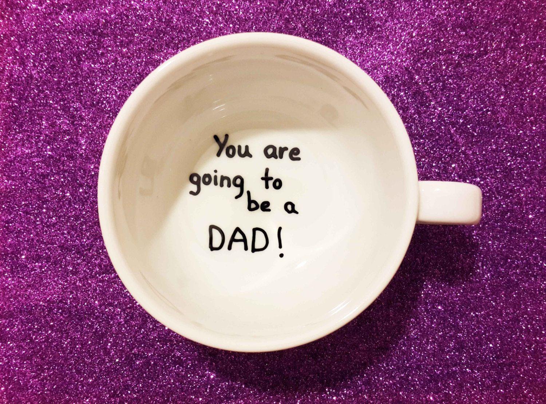 Чашка с надписью о беременности на дне