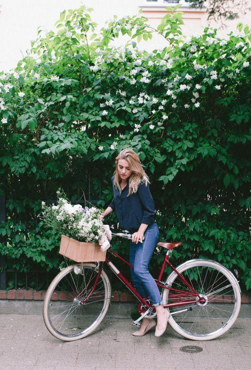 девушка на велосипеде с белыми цветами