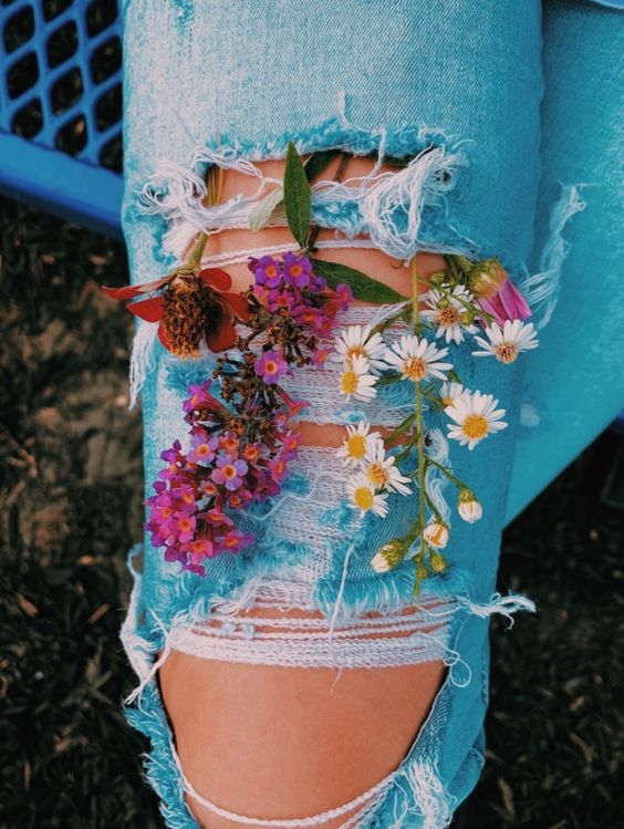 цветы в коленках рваных джинс