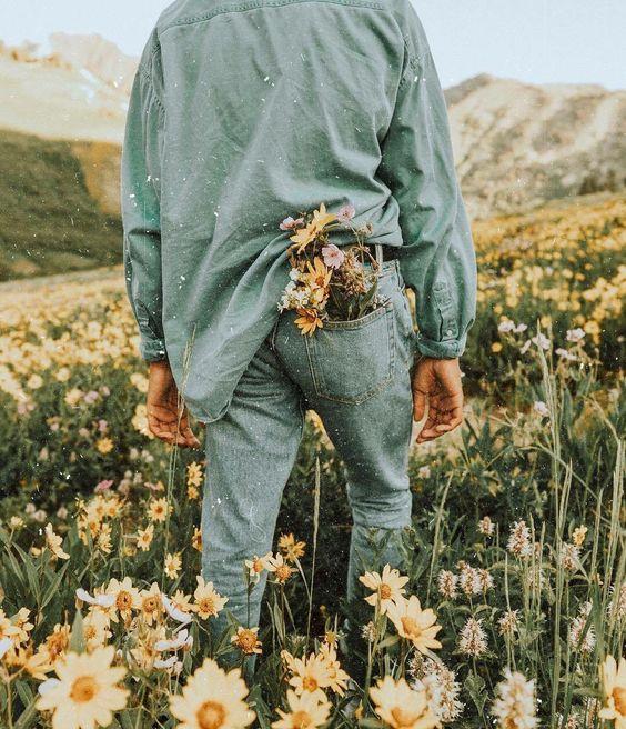 букет в заднем кармане джинсов у парня