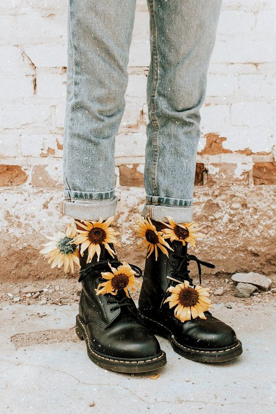 желтые цветы у женских ног