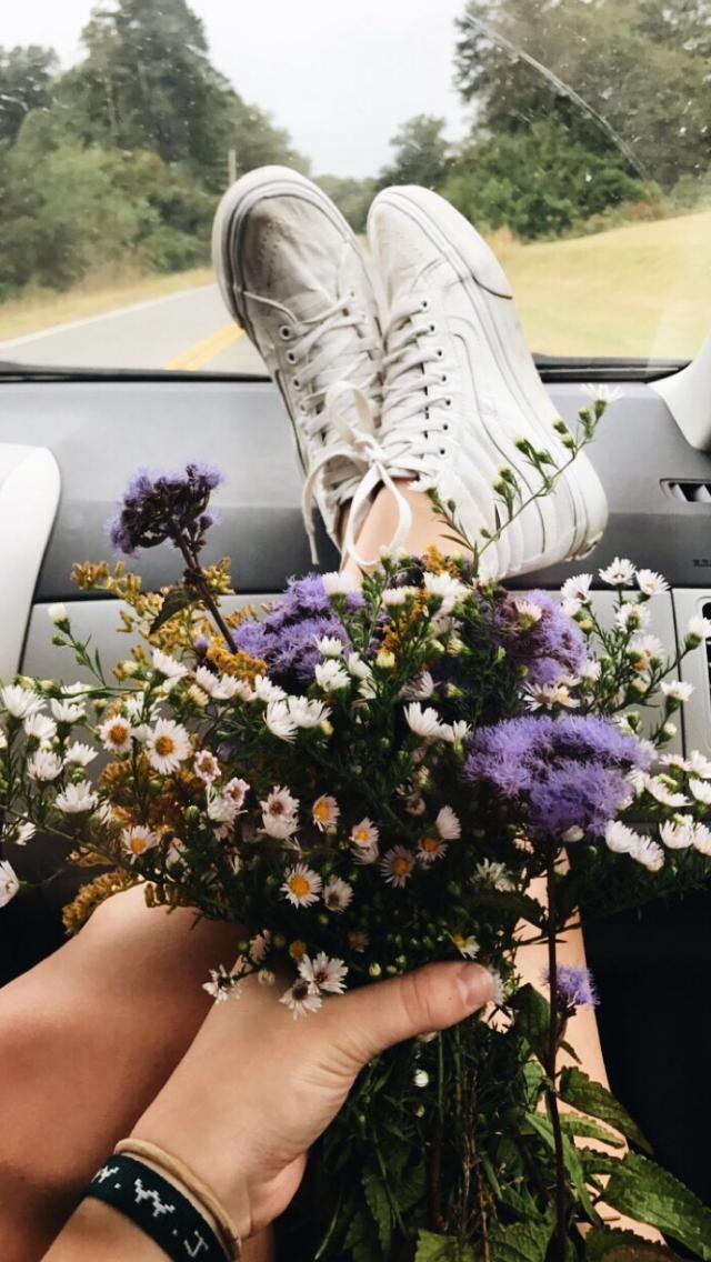 красивое фото с букетом в автомобиле, машине
