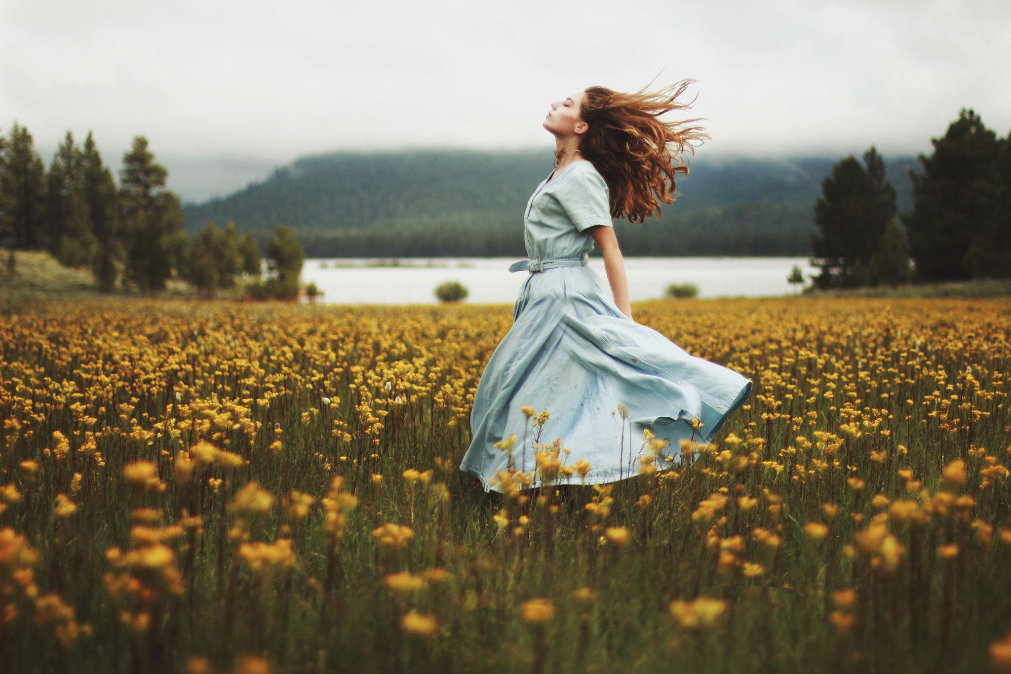 девушка в платье на поле желтых цветов