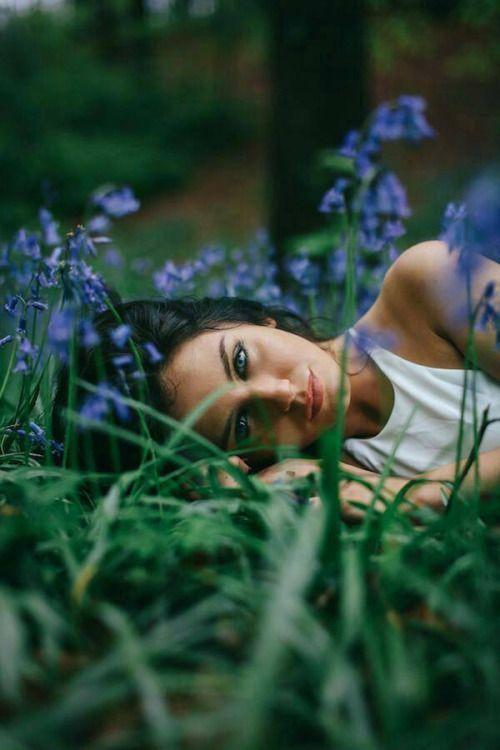 портрет девушки в голубых цветах