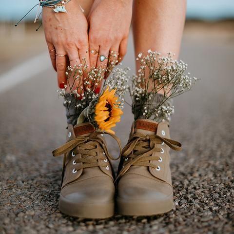 цветы в ногах в ботинках