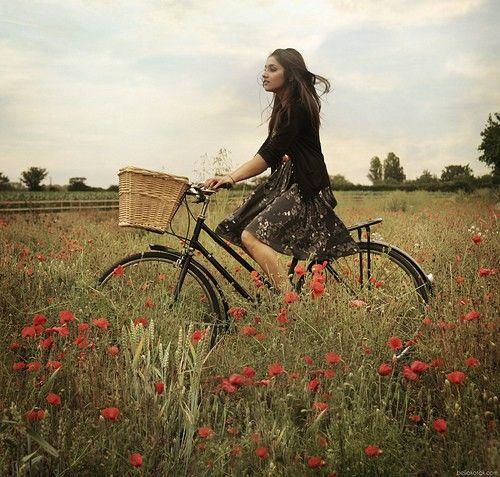 на велосипеде по цветочному полю