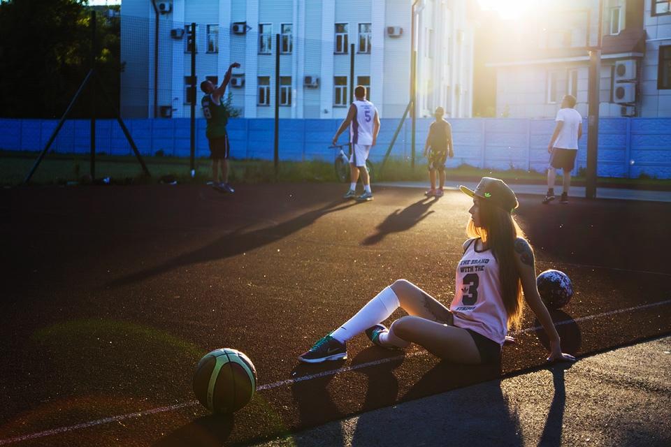 как красиво сфоткаться на спортивной площадке с баскетболистами и мячом