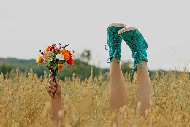 как пприкольно сфоткаться с цветами в поле