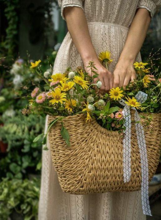 корзинка с цветами в руках девушки
