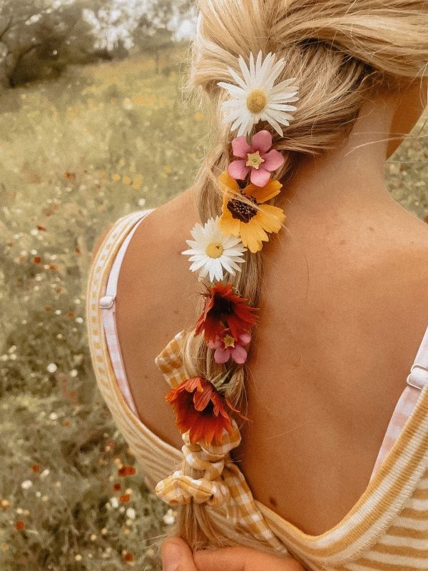 цветы в косичке из девушки