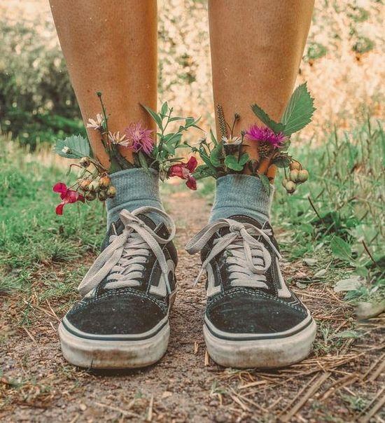 цветы в носках и черно-белые кеды Vans