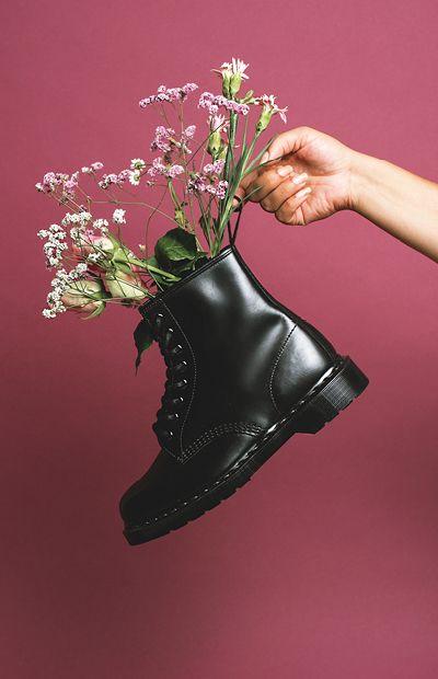 цветы в черном ботинке