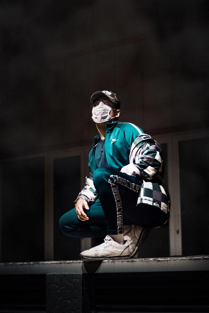 красивая фотография парня в маске