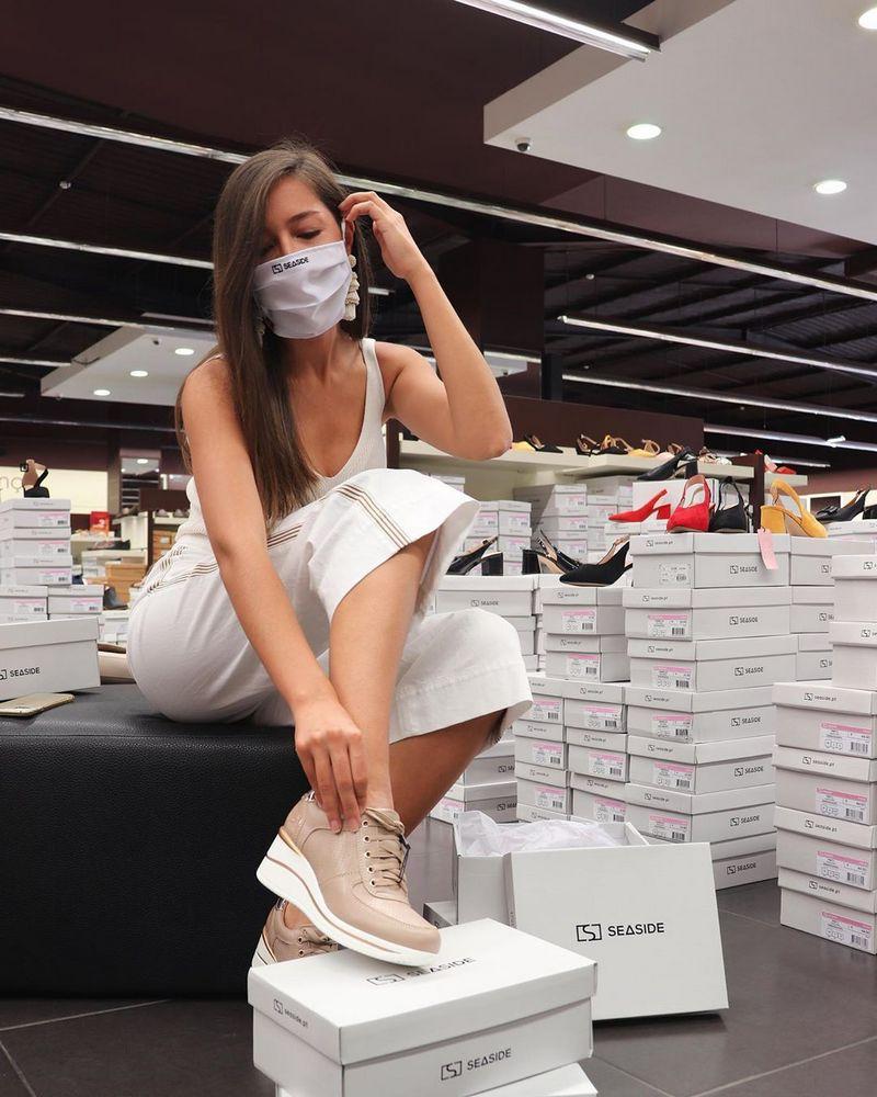 Стильно сфотографироваться в обувном магазине в маске