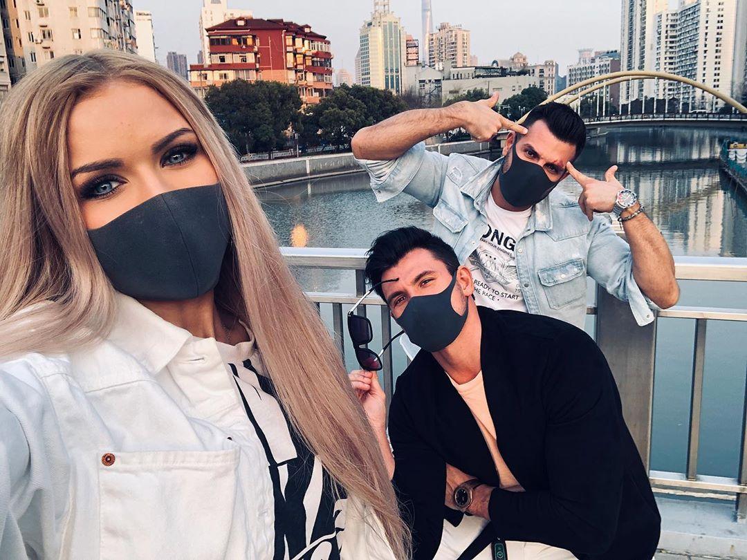 Как красиво сфоткаться с друзьями в масках