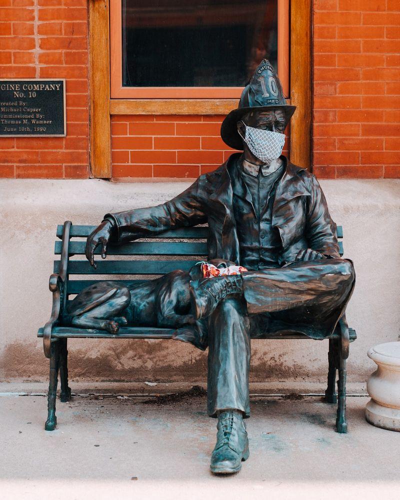 памятник мужчине в противовирусной маске