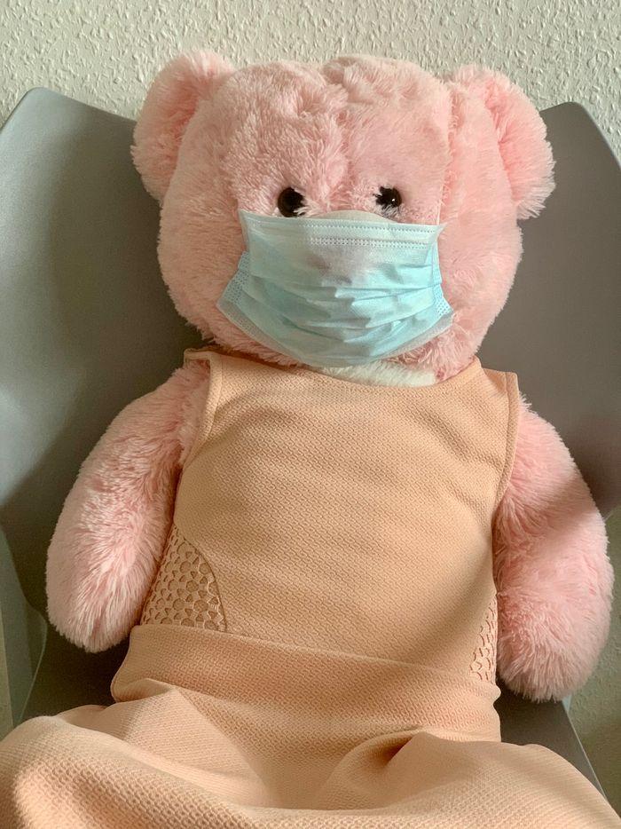 игрушка розовый медведь в медицинской маске