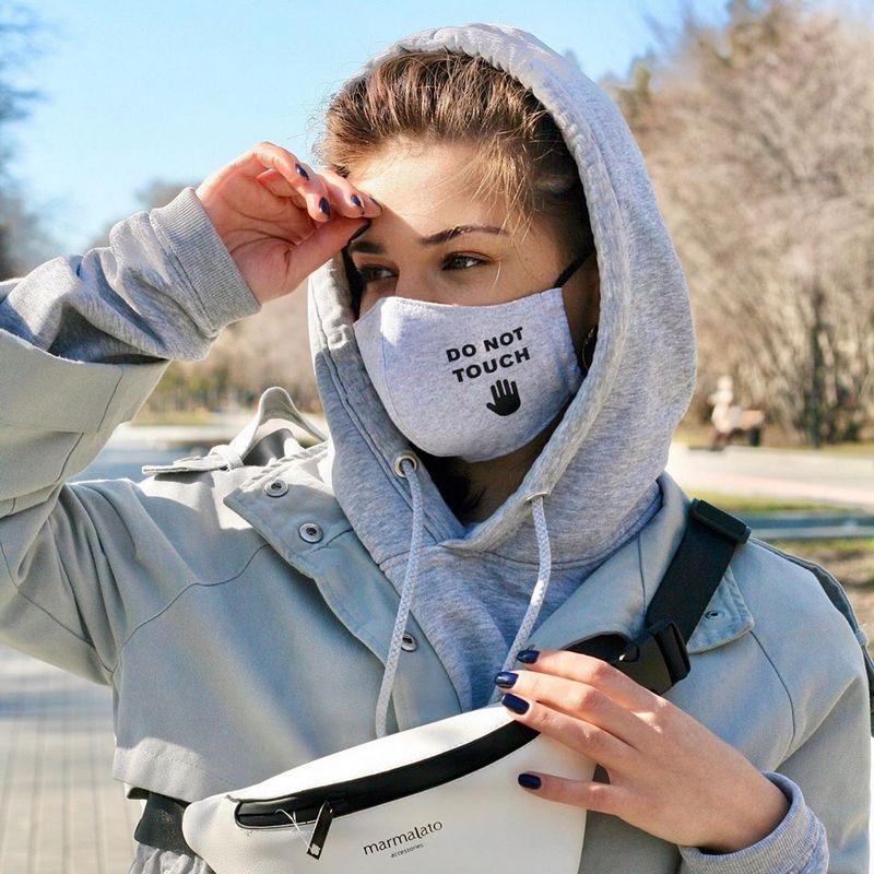 Фотография девушки в маске с надписью