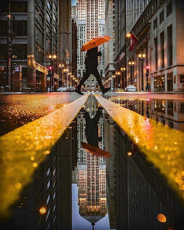 необычный ракурс при съёмке зонта в городе
