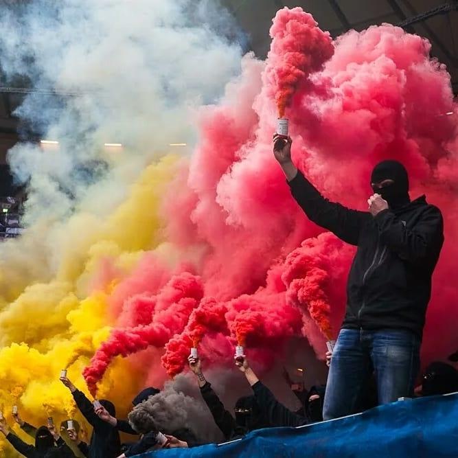 Фотосессия с дымом на трибунах