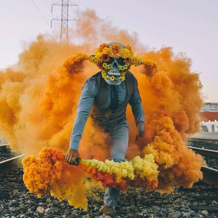 Фотосессия в масках и с дымом