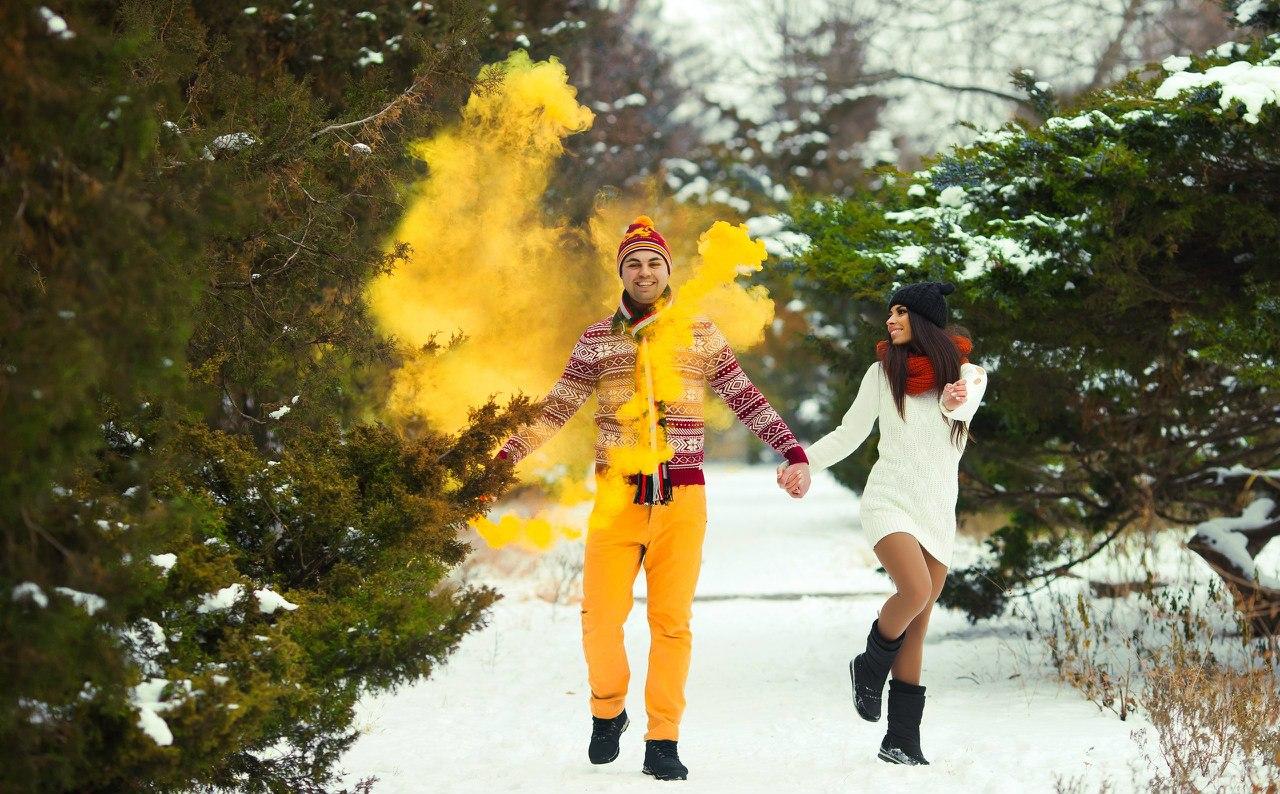 идеи для зимней фотосессии в лесу с цветным дымом