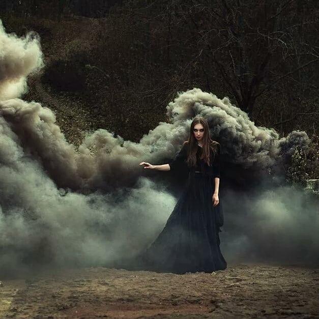 Готическая фотосессия с черным дымом