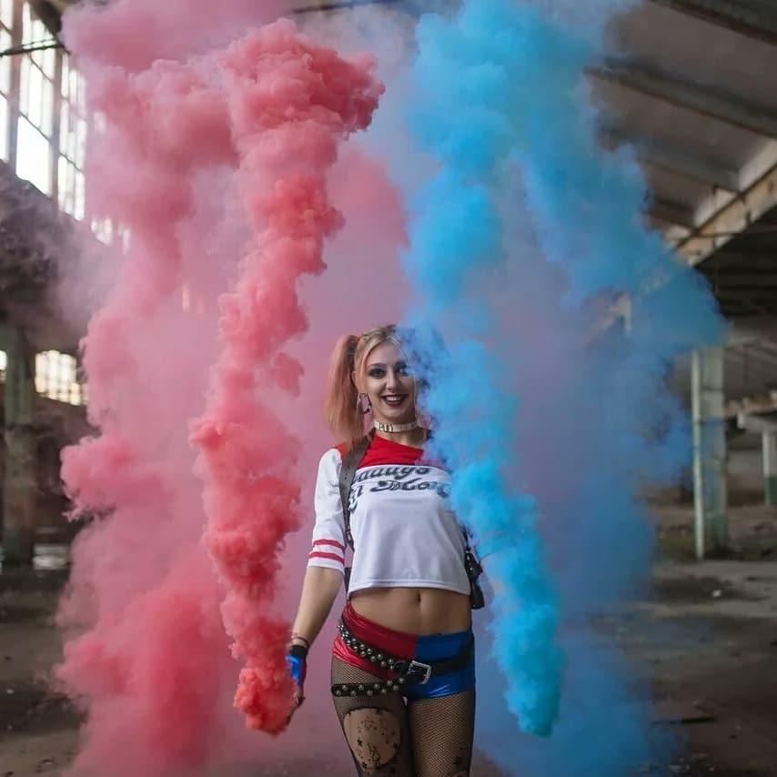 Идея для фотосессии с розовым и голубым дымом