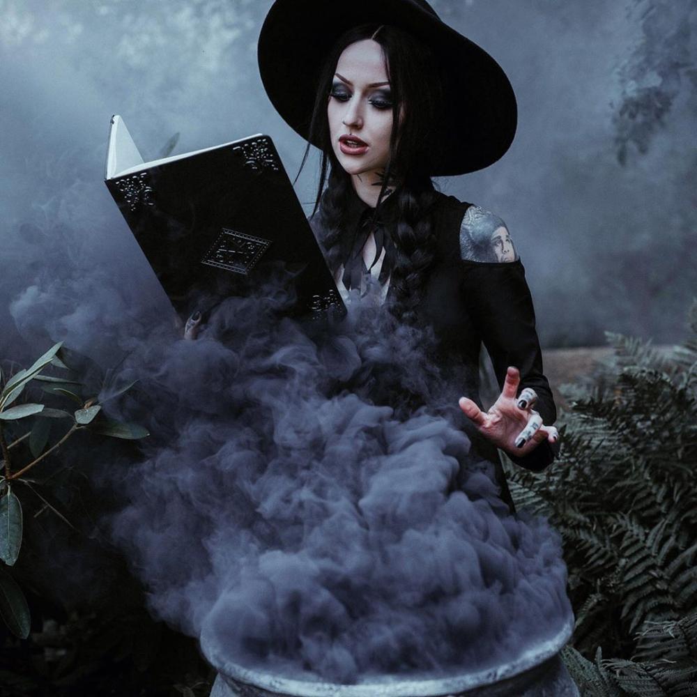 фотосессия на Хэллоуин идеи с цветной дымовой шашкой