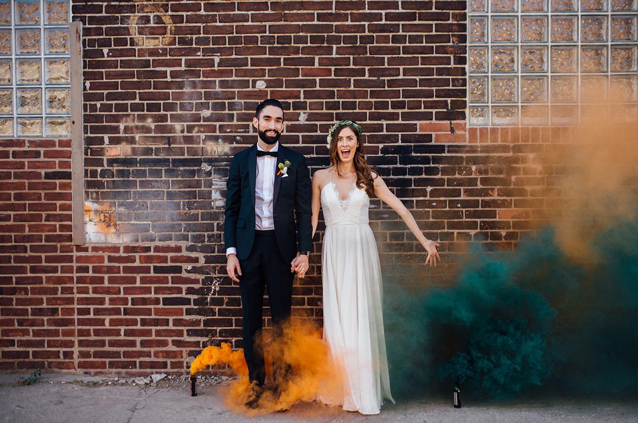Свадебная фотосессия с разноцветным дымом
