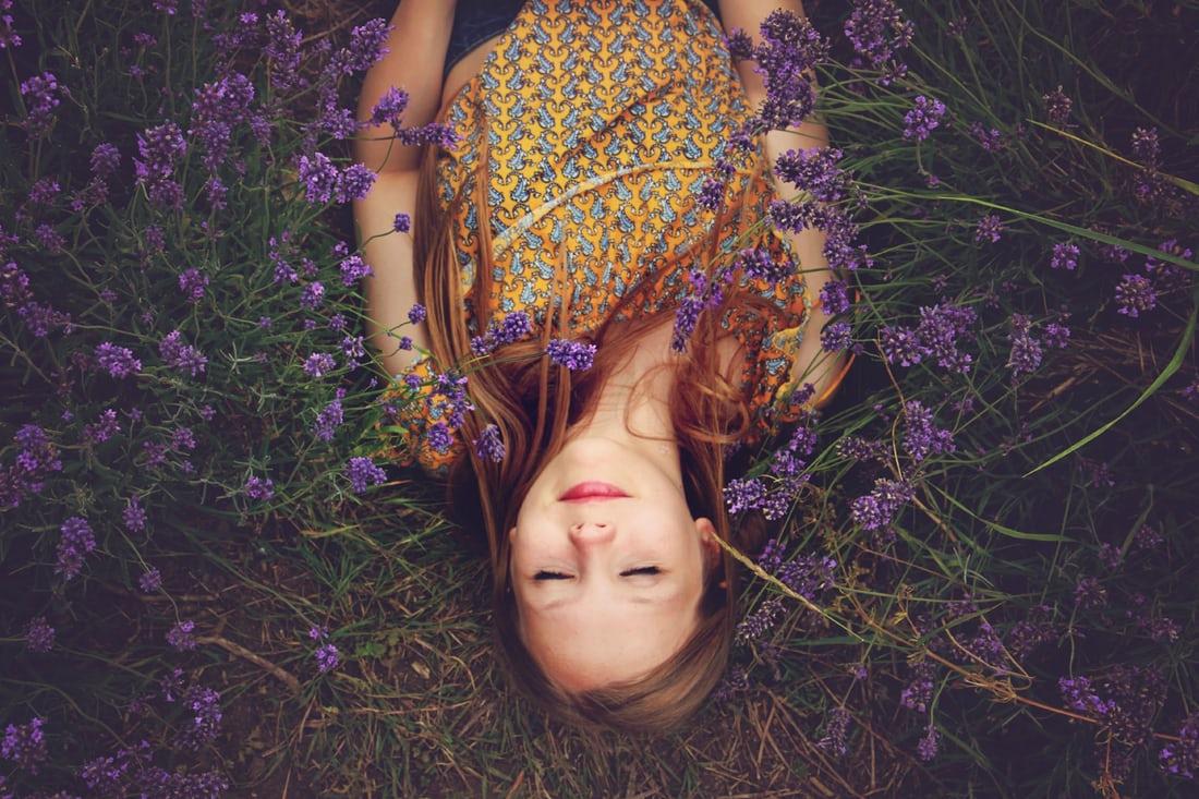 Девушка лежит в цветах