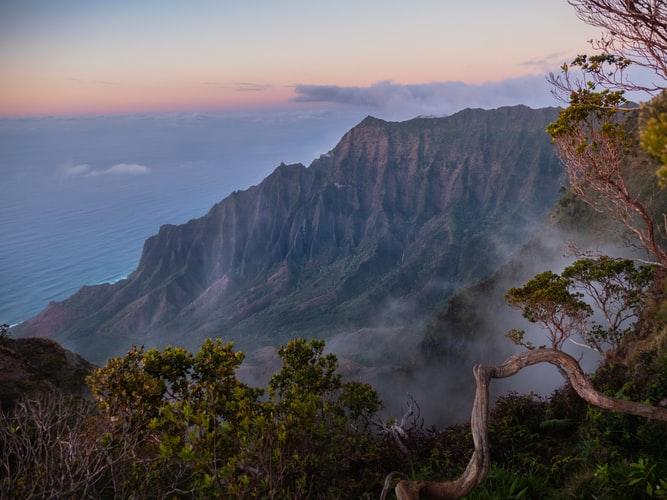 Красивый закат на скалах в лесу у моря