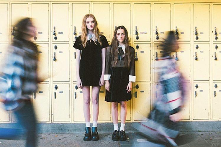 эстетичные снимки в школьных коридорах в стиле фильмов 90-х