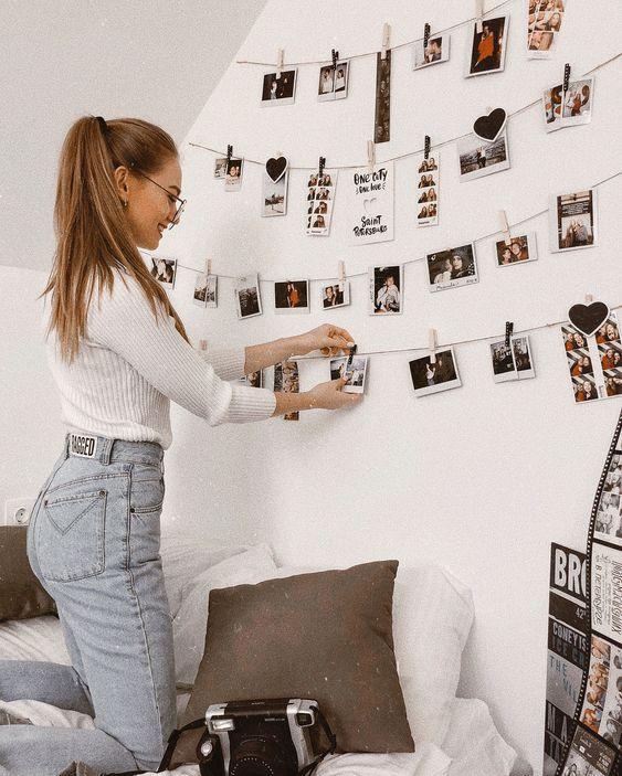 как необычно украсить стену в спальне при помощи фотокарточек